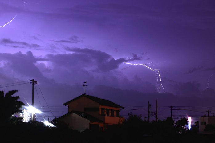 曇天に一筋の雷