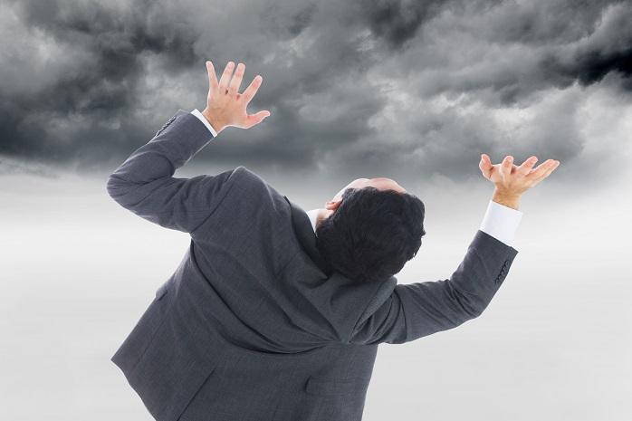 雲行きが怪しくなっていることに驚くビジネスマン