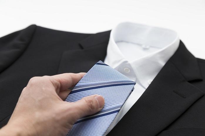ワイシャツにネクタイを合わせる男性