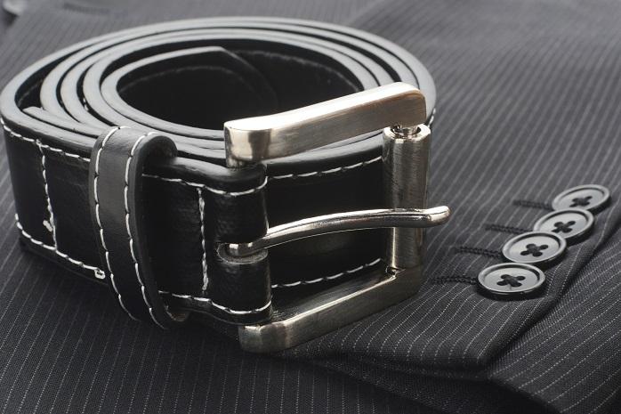 スーツに合わせる黒いベルト