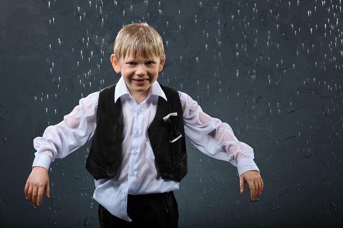 雨にぬれるスーツ姿の少年