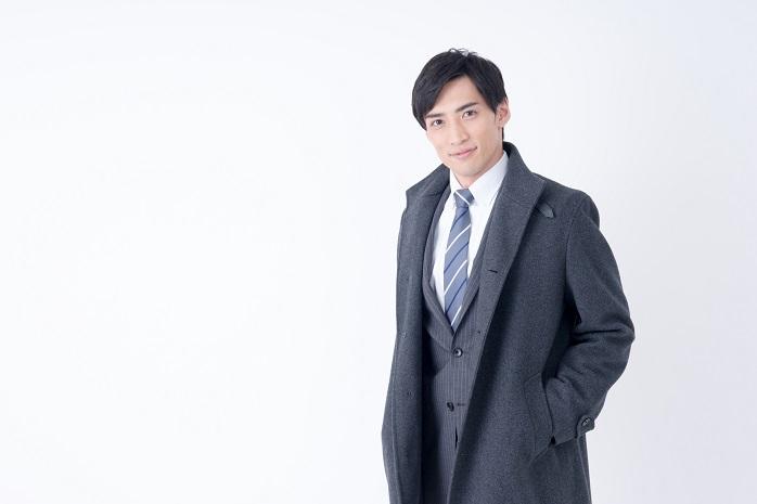 スーツにコート姿の男性